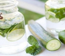 Agua detox: pepino, menta y limón